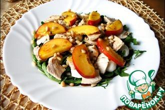 Салат из рукколы, курицы и нектаринов