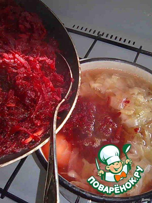 5 Когда капуста и картофель практически будут готовы, выложить к ним тушёные морковь и свёклу. Всё перемешать. Оставить томиться на ОЧЕНЬ МЕДЛЕННОМ огне для насыщения.