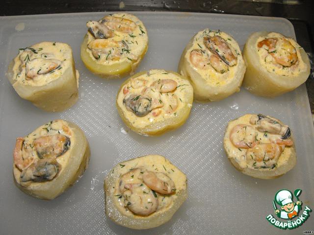 Стаканчики смазать оливковым маслом снаружи и внутри, посолить и начинить морепродуктами.