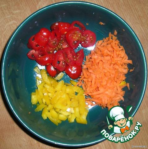 Порежьте свежий перчик, помидорку и натрите на крупной тёрке морковь.   Желательно это приготовить заранее - до обжаривания лука, имбиря и чеснока.
