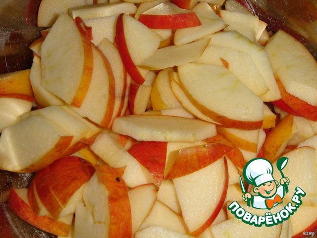 Яблоки очистить от семенных коробочек и порезать пластинками. Чтобы яблоки равномерно распределялись в тесте и не оседали на дно, слегка присыпать их мукой. Лишнюю муку стряхнуть с яблок.