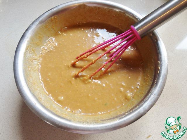 В мисочке хорошенько смешиваем арахисовое масло, сок лимона, кокосовые сливки, мед, карри, соевый соус, тмин и мелко нарезанный жгучий перец.   Это можно сделать за день до пикника.