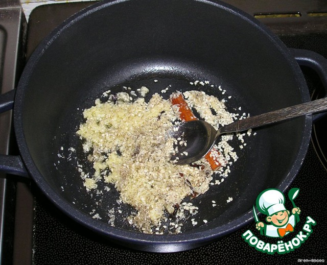 Приступим непосредственно к приготовлению.   Разогрейте масло в толстостенной кастрюле на среднем огне и высыпьте туда наши специи - семена кунжута, гвоздику, черный перец, палочку корицы и кокосовый орех.