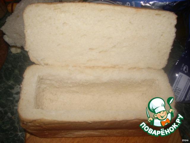 Берем буханку хлеба, аккуратно срезаем крышку, стараемся сделать это не до конца. У меня, к сожалению, не получилось, сильно отрезала :( Вырезаем серединку.