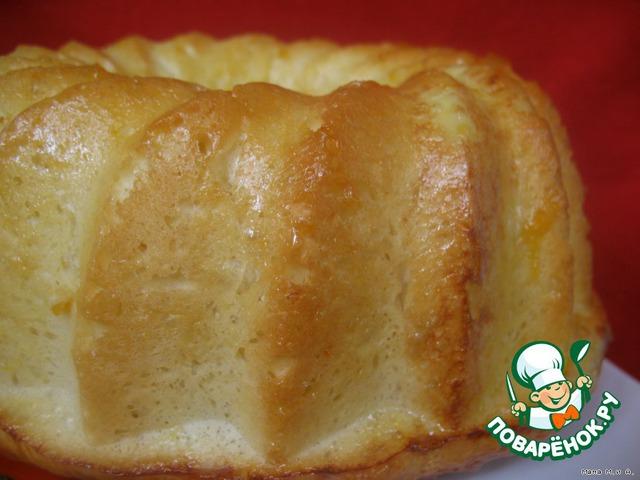 СПИСОК       7г сухих дрожжей (У меня САФ-Левюр);    1/4 ст. молока;    1 ст.л. мёда;     60г. хлебной муки (в обычную муку добавила 1 ст.л. мелко смолотой манки для помощи в образовании мучной клейковины).    Тесто:    3 ст.л. cахара;     1 ч.л. соли;     3 яйца;     1 ст. муки для тортов (2 ст.л. муки из стакана заменила 2 ст.л. кукурузного крахмала);    1 1/2 ст. хлебной муки;     115 г сл. масла.    Яйцо и абрикосовый джем для смазки        Опара.     Большое значение имеет температура масла для этого теста. Масло не должно быть абсолютно холодным, но и мягким быть не должно. Перед приготовлением опары его надо вынуть из холодильника.    Растворить дрожжи в тёплом молоке. Добавить мёд и просеянную муку. Накрыть полотенцем и оставить подходить в тёплом месте на 20 мин, пока опара не увеличится вдвое.         Тесто.     Это тесто лучше мешать в ХП или комбайне, т.к. очень трудно вымесить холодное масло руками до однородности так. Чтоб не пришлось присыпать тесто дополнительно мукой (этого делать нельзя, т.к. тесто получится тяжелым).     Вылить подошедшую опару в миксер. Добавить сахар, яйца и хорошо перемешать. Просеять все виды муки с солью и постепенно добавить в тесто. Вымесить тесто в течение 10 мин. Добавлять сливочное масло по небольшому кусочку и вымесить в однородное гладкое тесто. Выложить готовое тесто в высокую посудину, накрыть пищевой плёнкой и оставить подходить в холодильнике (для очень медленного брожения) не менее 12 часов, а лучше сутки. Я оставила на сутки. Тесто поднялось примерно вдвое.    Главное в этом тесте – торможение быстрого подъема!        Расстойка        Достаем тесто – оно на ощупь плотное, холодное. Выкладываем его кусочками поравномернее по всей форме для саваренов (большое кольцо с дыркой посредине).     Накрыть форму с тестом полотенцем и оставить расстаиваться в тёплом месте на 2 часа – тесто должно хорошо подняться и заполнить собой форму.        Разогреть духовку до 170 С. Смазать верх (который потом будет низом) яйцом (хотя
