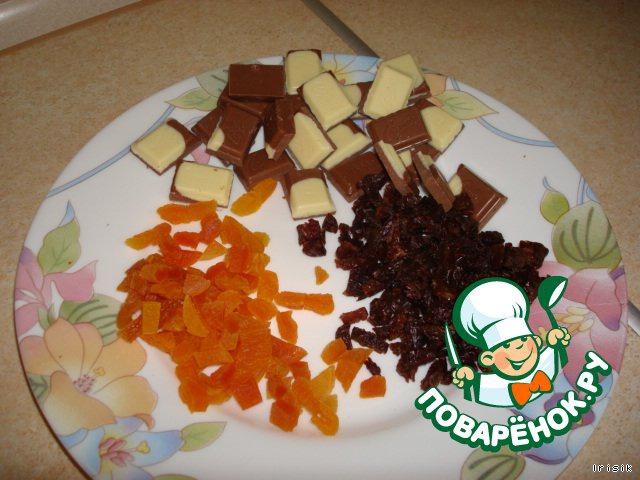 Для начинки курагу разрезаем на мелкие кусочки, изюм, если крупный, можно тоже нарезать.    Шоколадку разломать на дольки.