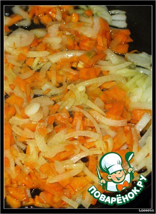Морковь и лук нарезать, пассеровать и добавить в суп,