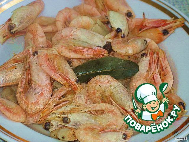 Креветки отварить 3 минуты (с момента закипания) в подсоленной воде с добавлением лаврового листа, душистого перца и приправы для рыбы. Две штуки оставить для украшения. Остальные остудить и очистить.    Отварить яйца, морковь и картофель.    Желатин залить холодной водой и оставить набухать.    Далее растворить его на водяной бане. Хорошенько размешать, чтобы не было комочков. Остудить до комнатной температуры. Соединить сметану и майонез в равных количествах, добавить желатин.