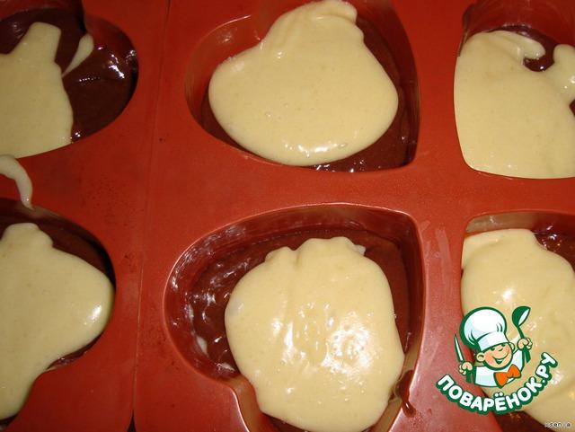 Подготовим формочки.при необходимости смажьте их растопленным сливочным маслом. Заполняем чередуя ложку белого теста .ложку темного.(Заполняем на 2/3)