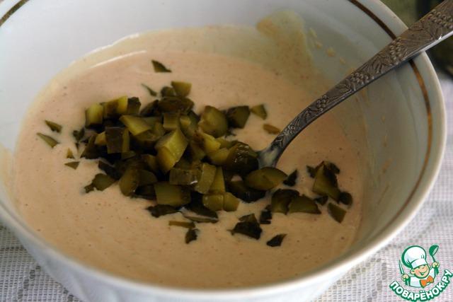Добавляем их в наш соус, если соус получается густой, то можно еще добавить немного маринада от корнишонов, мне в данном случае этого делать не пришлось.