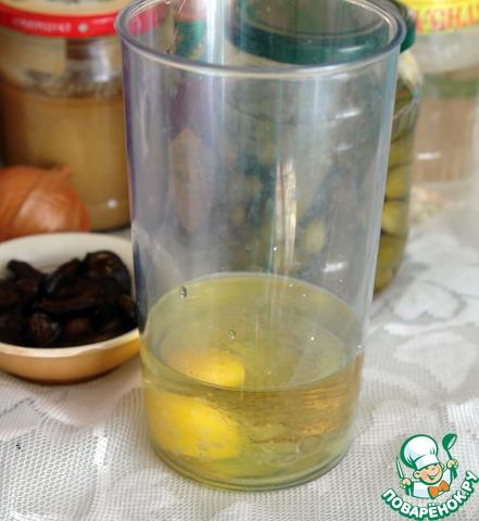 Я делаю таким образом. В стакан блендера наливаю растительное масло, вбиваю сырое яйцо, добавляю соль и уксус. В этом рецепте я не кладу горчицу на данном этапе, а добавляю её уже потом непосредственно в соус, но это не принципиально.