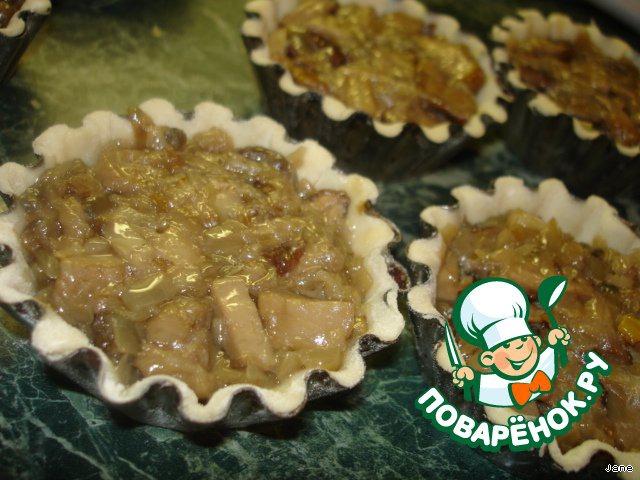 Затем жареные грибы с луком. Немного примять.