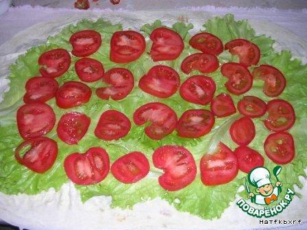На салат выкладываем кружки помидоров
