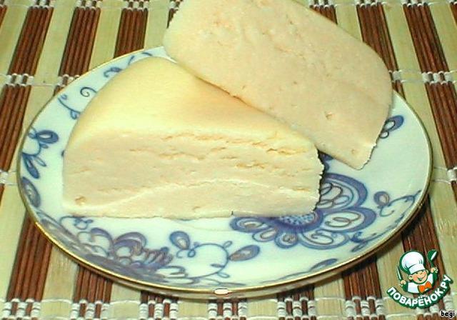"""[b]Сыр """"АДЫГЕЙСКИЙ""""[/b]    Все-то же самое, но варить не больше 30 минут, это главное!    Добавляем 3 яйца, размягченное масло, десертную ложку (не чайную) соли и обязательно 1 чайную ложку соды (для пористости).    Дальше готовить так же, как сыр """"Сулугуни""""."""