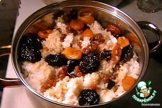 Теперь переслоим в кастрюле рис и тушеные фрукты. Протомим на медленном огне минут 20-30.