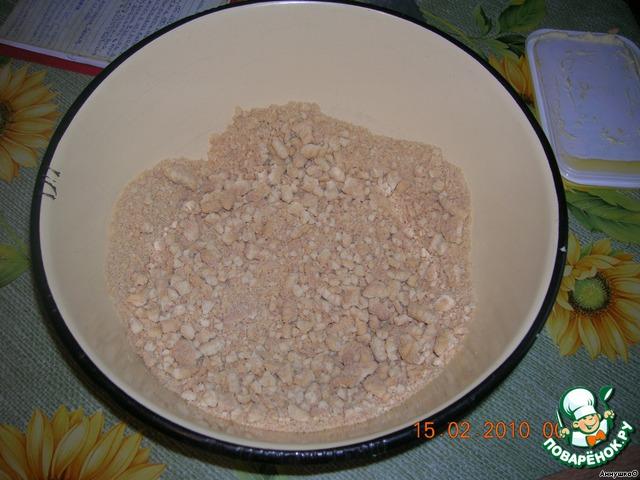 Измельчить печенье. Можно на мясорубкe. Мы сделали молоточком для отбивания мяса. Добавить орехи.