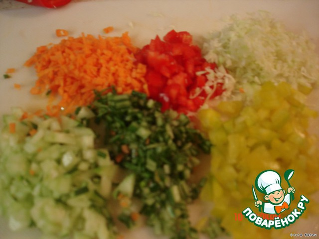 Нашинкуем мелко капусту, перец, огурец, морковь мелко нарезать.