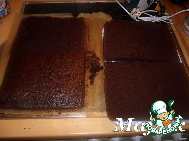 [b]Собираем торт:[/b]       Корж аккуратно разрезать пополам, а потом каждую часть разрезать на 2 коржа.