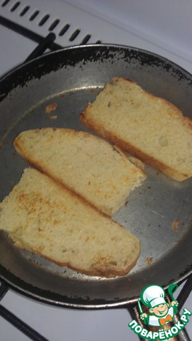 Нарежьте хлеб толстыми ломтями. Обжарьте в тостере, гриле. У меня нет сейчас ни того, ни другого - я просто подсушила на сковороде (правда, для моих всех родственников, пришлось долго сушить - практически целый каравай ушел))). Сбрызните оливковым маслом. Подавайте, щедро намазав сырной пастой альмогроте
