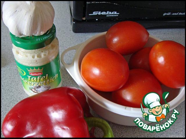 Классика: 1 кг помидоров, 60 гр тертого хрена, 40 гр чеснока.   Учитывая здешние условия, наличие продуктов и чувствительные немецкие носы, я уменьшила дозу чеснока, но добавила паприку (сладкий перец), она придает аромат, а вместо свежего хрена беру готовый тертый в баночке.