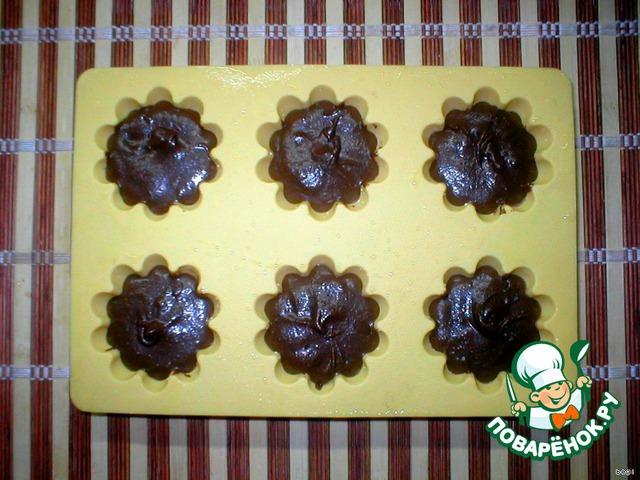 Заполнить смазанные маслом формочки для кексов ( у меня силиконовая форма, ее надо перед выпечкой просто сбрызнуть водой).   Разогреваем духовку до 200 градусов, ставим кексы на 6-9 минут, не больше (у меня по времени хватило 7 минут).