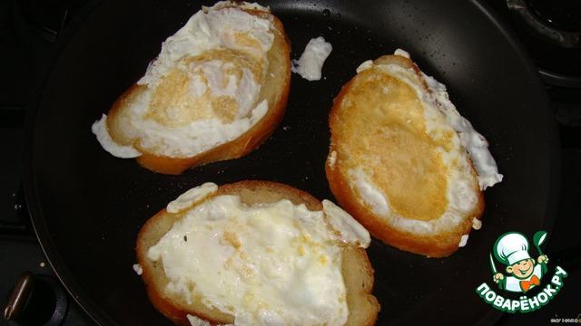 Спустя минутку - две переворачиваем наши яйца с хлебушком.