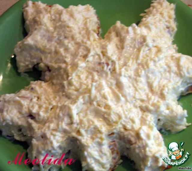 Весь салатик покрываем смесью тертого сыра, майонеза и измельченного чесночка, придаем салатику необходимую форму