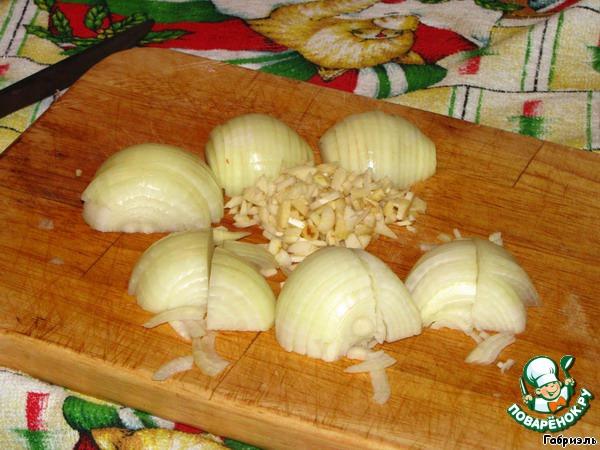 Добавить мелко порезанный чеснок и лук (я не люблю очень мелко, поэтому порезала на полукольца и четвертинки).
