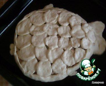 Отправляем в горячую духовку наш пирог до зарумянивания, смазав его желтком для корочки.