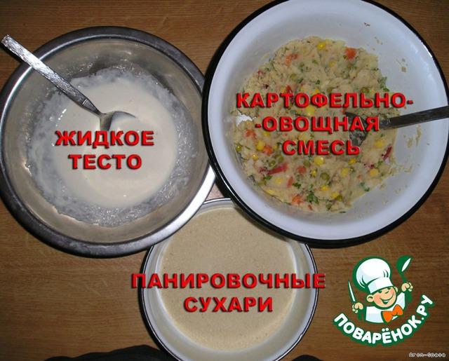 Теперь приготовьте панировочные сухари и тесто. Тесто приготовить очень просто: смешайте муку с водой до получения жидкой массы (как на блины) и чуть-чуть подсолите.    Панировочные сухари можно купить готовые, либо приготовить самостоятельно: для этого достаточно подсушить белый хлебушек и растолочь.