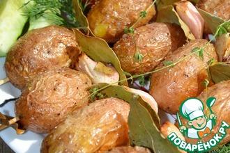 Молодой картофель на шпажках, запеченный с луком и лавровым листом