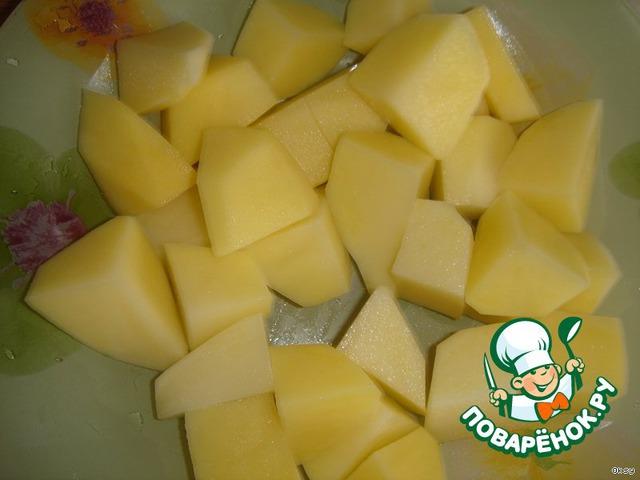 Приступаем к борщу.   Из бульона вынуть мясо и первой кинуть в бульон порезанную крупным кусками картошку.
