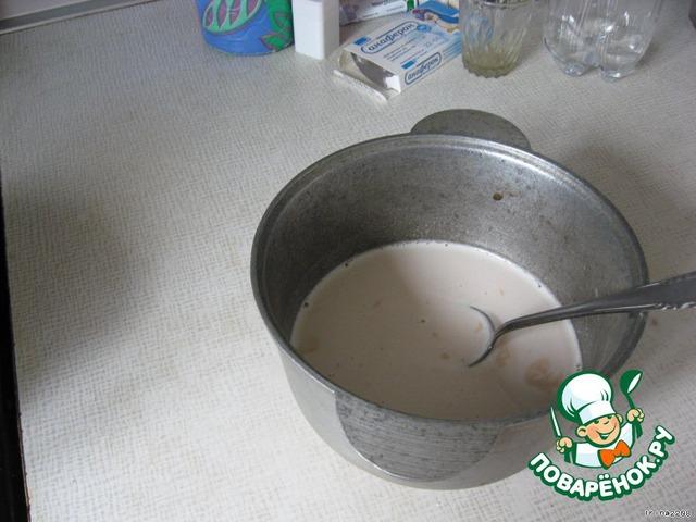 Делаем опару: 1,3 стакана молока нагреваем и растворяем в них дрожжи и 2 ч. л. сахара, подмешать 2/3 стакана муки (я забыла!, но у меня все равно дрожжи поднялись)