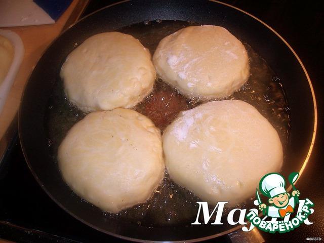 Жарить на сковороде, в большом количестве раскалённого раст. масла, с двух сторон до золотистой корочки, сначала открытой стороной вниз