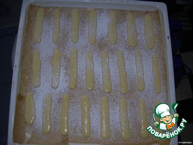 """Посыпьте печенье сахарной пудрой через ситечко. Подождите, пока пудра немного """"утонет"""" и запекайте его до готовности  при 180-200 градусах."""