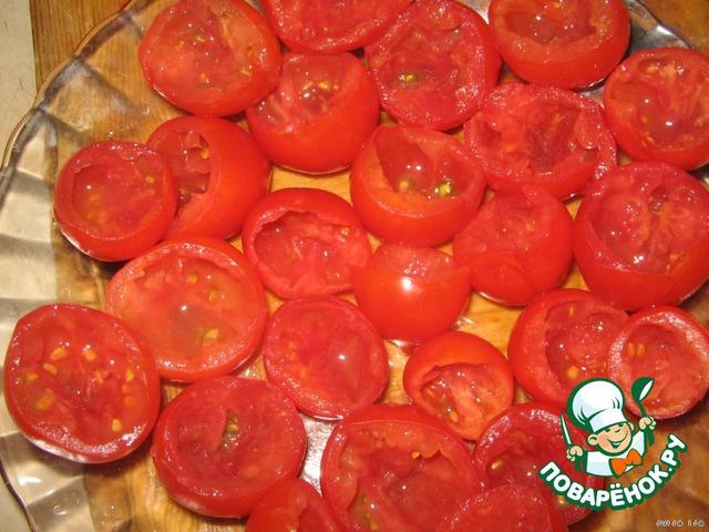 Из помидоров вырезать серединку.