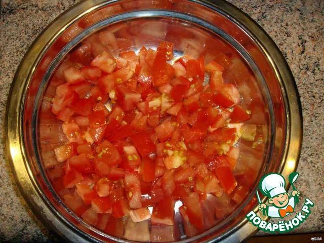 Пока жарятся синенькие, нарезаем кубиками помидоры