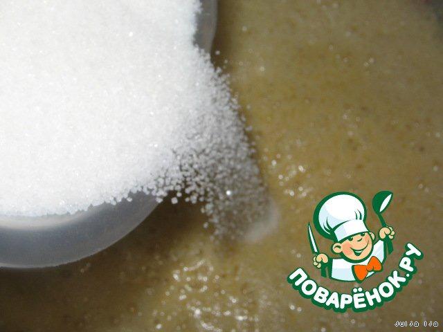 """За время выстаивания, тесто поднимется один раз, потом опустится, не пугайтесь, так и должно быть. После того как опустится, оно будет просто пузыриться, показывать, какое оно """"живое"""". Через 3,5-4 часа, добавляем в тесто ещё 4 стакана сахара (800 грамм) и ванилин. У меня был не ванильный сахар, а именно ванилин, если сахар - его нужно больше."""
