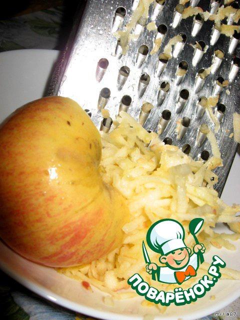 Яблоко и банан либо натираем на терке, либо измельчаем при помощи блендера в пюре...тут особой разницы нет.