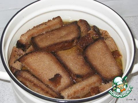 Хлеб порезать ломтиками, высушить в духовке на максимальной температуре до коричневого цвета, чем темнее будут сухари - тем темнее будет по цвету квас, но не пережарьте хлеб, иначе квас будет горчить.   Воду вскипятить в большой эмалированной кастрюле, снять с огня, всыпать сахар и положить сухари, оставить так до остывания. Я обычно ставлю кастрюлю в раковину с холодной водой. Вода должна быть чуть теплой. Когда остынет, зачерпнуть немного этой воды миской и растворить хорошо в ней дрожжи, перелить их в обратно в кастрюлю, можно размешать ложкой, чтобы дрожжи распределились равномерно.