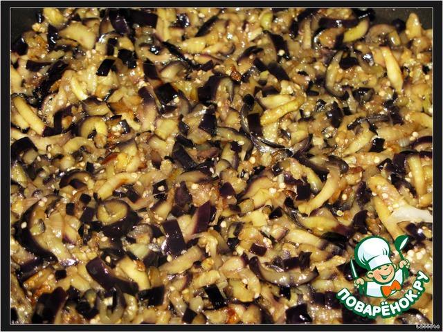 Затем баклажаны отжать и обжарить на растительном масле.