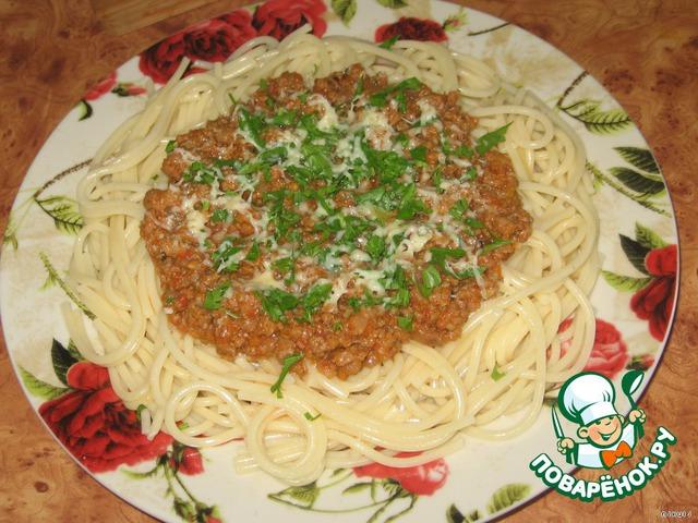 Незадолго до готовности соуса отварить макароны по инструкции (мои спагетти готовились 8 минут), откинуть на дуршлаг, промывать их не нужно, дать стечь жидкости, разложить по порционным тарелкам, полить соусом, сверху посыпать мелко натертым сыром и рубленной зеленью. И наслаждаться любимыми макарончиками...   Приятного аппетита!!!