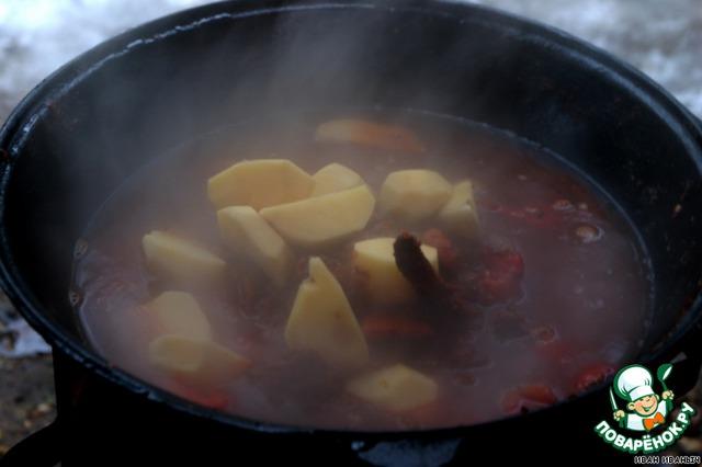 И жарим–парим это великолепие минуток пятнадцть – двадцать. Постоянно помешивая.   Потом добавляем воду, кладём картошку.
