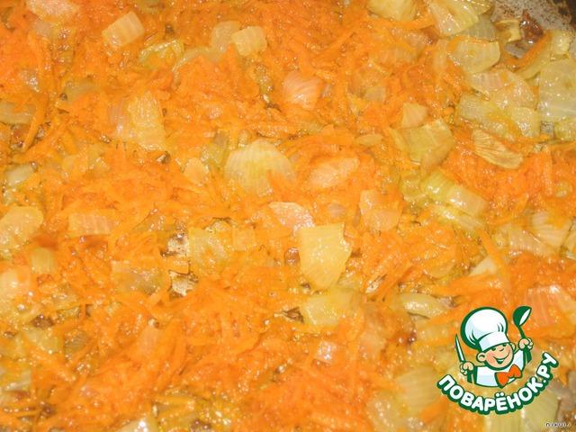 В куриный бульон кипящий добавляем картофель, нарезанный произвольно, варим минут 5.   Лук мелко режем, морковь натираем на мелкой терке, обжариваем под крышкой на сковородке.