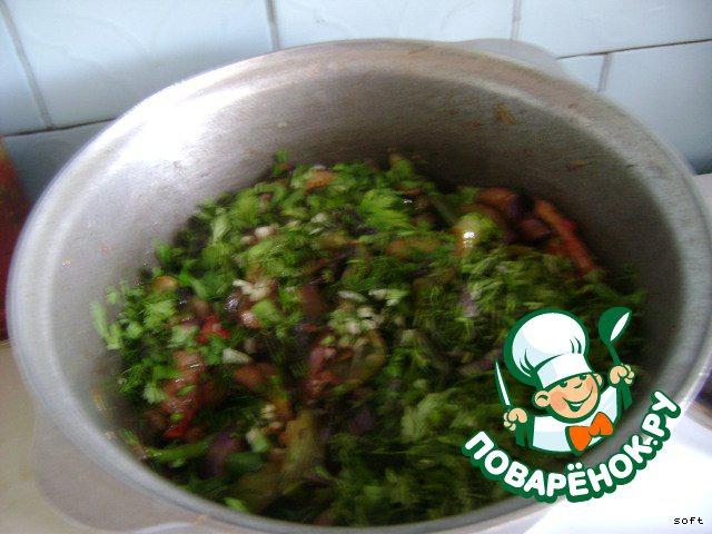 За 5 минут до готовности добавить измельченные зелень(у меня укроп, кинза, базилик, петрушка),чеснок и 1ст.л. соевого соуса.