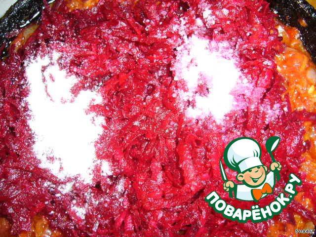Свеколку потрем на терочке и добавим к протушенной томатно-овощной массе, насыпем сахар и щепотку соли, все помешаем и на слабом огне томим еще 10 - 15 минут (если получилось мало жидкости можно добавить в сковороду 2 - 3 ст л бульона).