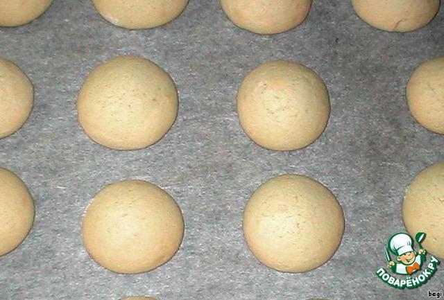 Разогреть духовку до 200 градусов и поставить в нее противень с печеньем на 10 минут.