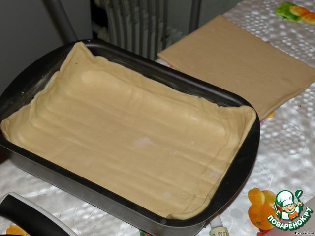 Раскатываем 2/3 от упаковки теста по размеру Вашей формы дабы получились края