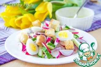 Салат с редисом, яйцом и крутонами