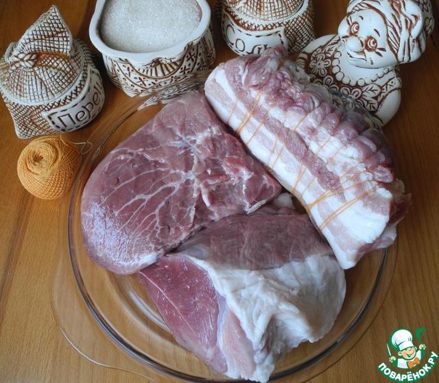 Для этого рецепта используйте ЛЮБИМОЕ Вами мясо. То, что я написала, я брала в последний раз. Бекон редко делаю, в основном - свиной окорок, шею, лопатку, вырезку…    А более всего у нас любима телятина!!! Мясо телятины, приготовленное по этому рецепту, по вкусу похоже на мясо языка. Особенно если использовать корейку, шею, лопатку.        Мясо можно использовать как свежее, так и после разморозки. Куски идеальной величины 400 – 700г. Помыть, почистить от пленок. Бекон обмотать нитью, но НЕ ПЕРЕТЯГИВАТЬ. Это для того, чтоб после он красиво смотрелся, и прослойки сала не увеличились при пребывании бекона в «термосе».